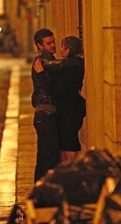 Çift, Roma sokaklarında gece yarısı gezintisine çıktığında aşka geldi.