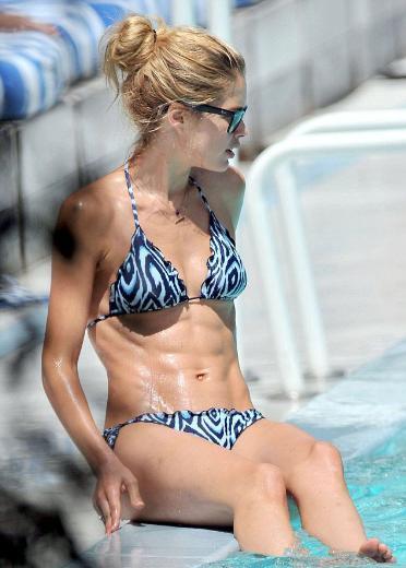 Önceki gün ailesiyle birlikte tatil yaptığı Miami'de havuz başında görüntülenen Kroes, sıkı karın kaslarıyla dikkat çekti.