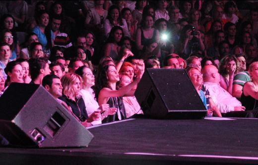 Doğulu da sanki yüzlerce seyirciye değil de sevgilisine söylüyor gibiydi şarkılarını.