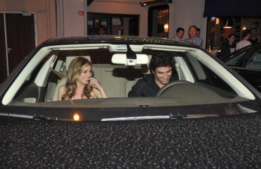 Sonra aşk yaşadıkları ortaya çıktı.. Hatta Arda Turan, İspanya'ya transfer olunca Kobal da soluğu onun yanında aldı.