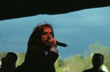 """GRUP DİNMEYEN  Çağdaş Oyuncular'ın sahneye koyduğu ''Faşizmin Korku ve Sefaleti'' adlı oyunun müziklerini yaptı. Ali Elver ile birlikte """"Grup Dinmeyen""""i kurdu ve 1996'da Sisler Bulvarı isimli bir albüm çıkardı."""