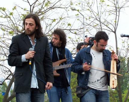 """GRUP DİNMEYEN  Grup Dinmeyen tek albümden sonra dağılırken Zuğaşi Berepe grubu Kazım Koyuncu'nun müzik yaşamında daha etkili bir yer aldı. Kazım Koyuncu bu dönemi 'Dinmeyen'i kurduktan hemen sonra 1993 yılında Zuğasi Berepe (Denizin Çocukları) isimli yeni bir grup kurduk.  Yani hem Dinmeyen devam ederken hem de bu grup devam etti"""" diye kendi yazdığı yaşam öyküsünde özetlemişti. Zuğaşi Berepe, Kazım'ın müzik yaşamında bir dönüm noktası oldu.  Grup, Kazım Koyuncu'nun müzik yaşamında olduğu kadar Lazca söyleyen bir rock grubu olarak Türkiye için de önemli bir adım oldu."""