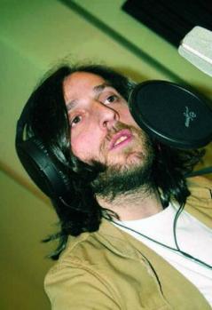 İLK SOLO ALBÜM 'VİYA'  Viya adlı ilk solo albümünü 2001'de çıkardı sonra Kanal D televizyonunda yayınlanan dönemin popüler TV dizisi Gülbeyaz'ın müziklerini yapmaya başladı. Diziyle birlikte yurt çapında daha geniş bir hayran kitlesine ulaştı.   Daha sonra Kemal Sahir Gürel ile birlikte Sultan Makamı adlı televizyon dizisinin müziklerini hazırlamaya başladı.