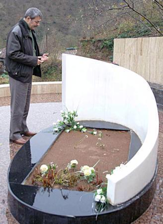 TOPRAĞA VERİLDİ  Kazım, 27 Haziran 2005 günü ailesi, grup arkadaşları, sanatçı dostları, sevenleri, nişanlısı Gönül Bozoğlu, Hopalılar ve Türkiye'nin dört bir yanından gelenlerin katılımıyla gerçekleştirilen cenaze töreniyle toprağa verildi.