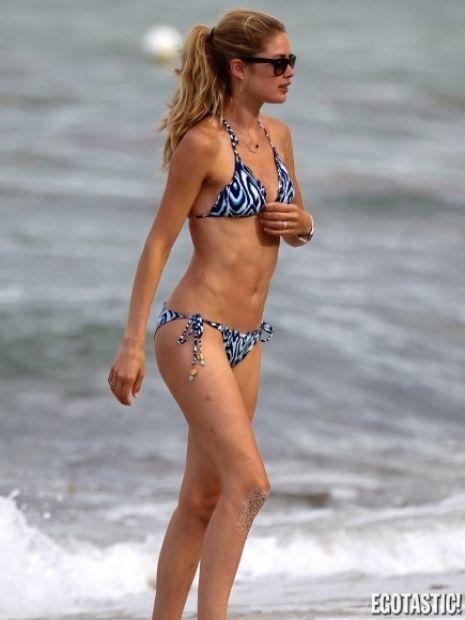 27 yaşındaki Top Model Doutzen Kroes kocası DJ Sunnery James ve 1 yaşındaki oğlu Phyllon ile birlikte Miami'de havuz keyfi yaparken görüntülendi.
