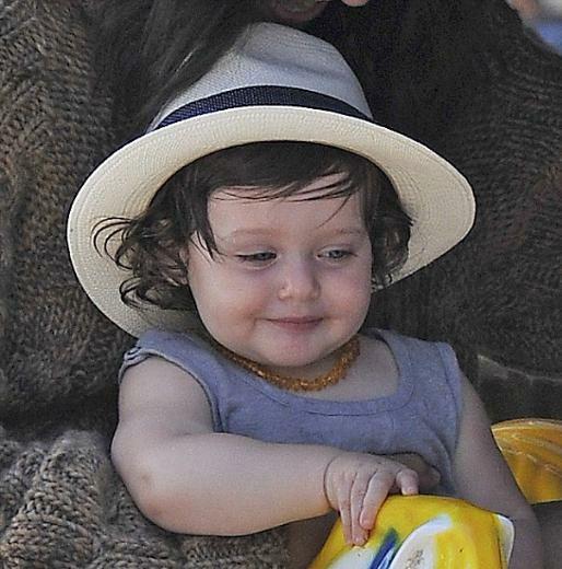 Mavi tulumu, boynundan hiç çıkarmadığı kehribar rengi kolyesi ve şapkasıyla yine çok sevimli görünüyordu Skyler.