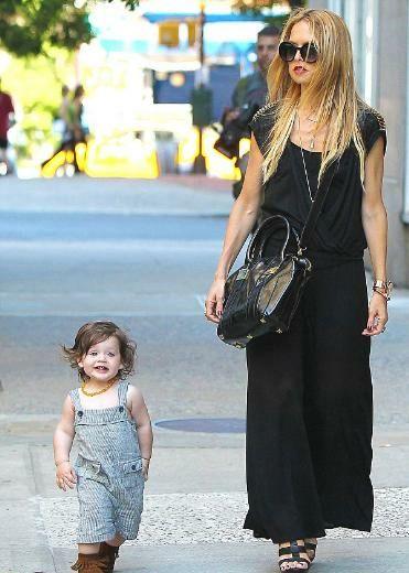 Elbette onun tarzını da şimdilik modacı olan annesi belirliyor. Minik Skyler'ın özellikle boynuna taktığı kehribar renkli kolye ile bebek modasında bir trend yarattığı kesin.