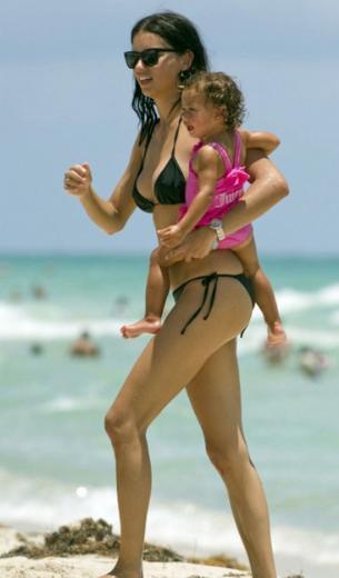 Adriana Lima da doğum yaptıktan sonra kısa sürede formuna kavuştu. Lima şu sıralar ikinci bebeğine hamile.
