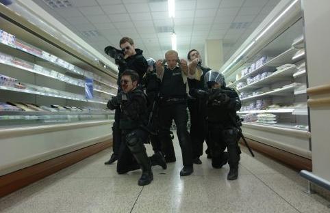 16. Hot Fuzz/Sıkı Aynasızlar (2007) Yönetmen: Edgar Wright Oyuncular: Simon Pegg, Nick Frost, Bill Bailey