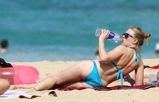 Genç olmasına, düzenli egzersiz yapmasına ve dengeli beslenmesine rağmen onun da selülitleri var. Ama Scarlett Johansson, bunu çok da umursamıyor.