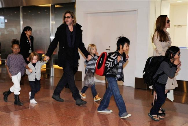 Angelina Jolie ve çocukları ile Brad Pitt