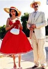 YİNE O FİLMİ HATIRLATTI  Yine aynı filmin bir sahnesi de geçen yıl Hanımın Çiftliği dizisinde tekrarlanmıştı.   Güllü'yü üstüne bir şeyler alması için çarşıya bırakan Muzaffer Bey'in gitmesinden sonra şık kıyafetlerle dolu butiğe giren Güllü'nün uğradığı hüsran ve sonrasında yaşananlar 'Pretty Woman' filmindeki gibiydi.