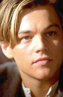 Her iki aktörün saç modeli de hem gençliklerinde hem de şimdi birbirine çok benziyor.