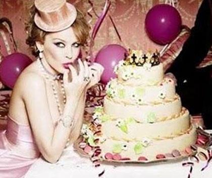 Akalın'ın pastalı pozu Kylie Minogu'un bu fotoğrafını çağrıştırmıştı...