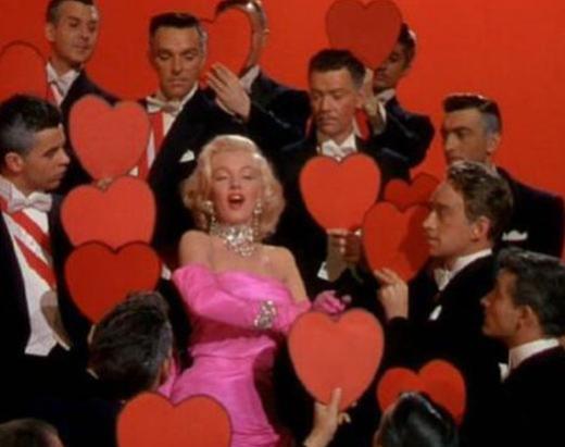 Madonna, yıllar önce Material Girl adlı klibinde Monroe'nun Erkekler Sarışın Sever filmindeki aynı giysi ve aynı dansla kamera karşısına geçmişti.