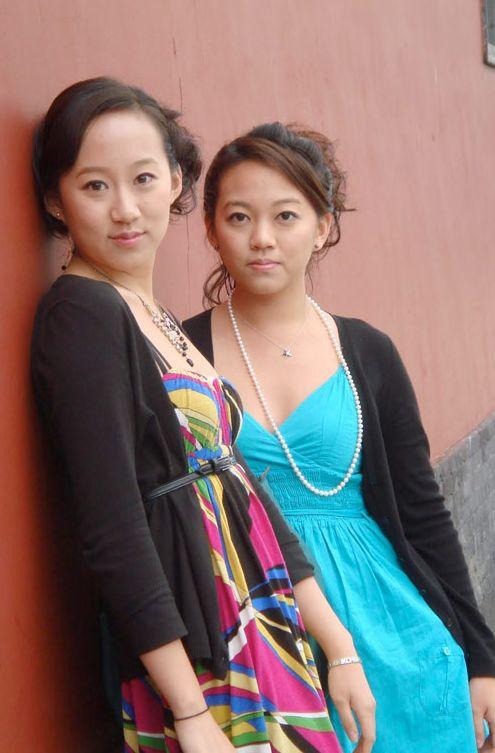 Gerçek hayatta da ikiz olan Almanya doğumlu Tia ve Tamara 1994-1999 yılları arasında 'Sister,Sister'da rol aldılar.