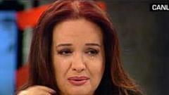 MÜJDE AR  Canlı yayında milyonlarca kişinin gözleri önünde ağlayanlardan biri de Müjde Ar.   Ar'ı gözyaşlarına boğan olay şöyle gelişti. TRT 1'de yayınlanan Altın Adımlar yarışmasının konuk jüri üyesi olan Kubat, Müjde Ar'ın annesi rahmetli Aysel Gürel'in sözlerini yazdığı bir türkü okudu. Türküyü dinlerken bir hayli duygulanan Müjde Ar, gözyaşlarını tutamadı ve herkesi hüzünlendiren şu konuşmayı yaptı:   '1954 senesi 21 Haziran günü... Annem İstanbul Belediyesi Şehir Tiyatroları'nda Molier'in 'Cimri' oyununu oynuyor. Bana 8 aylık hamile sahnede sancısı tutuyor ve itfaiye arabasıyla doğuma gidiyor. Canım anneciğim ruhun şah olsun, bizlerin göbeği sahnede kesildi. Onsuz ilk doğum gününü de ben sahnede kutluyorum.'