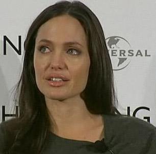 Toplantıya katılan gazeteciledden biri Jolie'ye annesini kaybettikten bu kadar kısa bir süre sonra böyle güçlü bir anneyi canlandırmanın kendisini nasıl etkilediğini sordu. Jolie, sorusuna cevap vermeye başladı. Ancak gözlerine dolan yaşlara hakim olamayınca 'kahretsin' deyip koca bir süre sustu ve sözlerini yine gözyaşları eşliğinde sürdürdü.