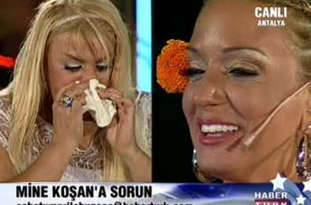 """MİNE KOŞAN Saba Tümer'in programına konuk olan Mine Koşan, Tümer'in kaybettiği annesi için seslendirdiği """"Annem Annem"""" şarkısını söylerken yaşandı. Annem Tümer'i ağlatmadı ama Mine Koşan'ı gözyaşlarına boğdu."""
