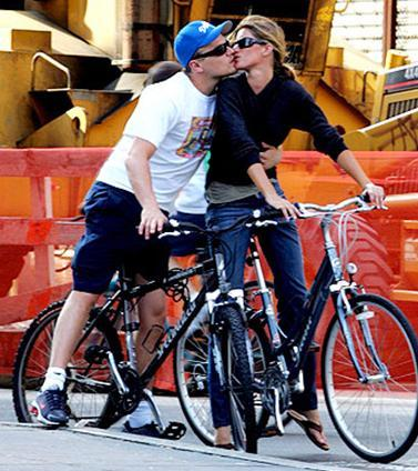 Herkes onların evlenmesini beklerden onlar yollarını ayırdı. DiCaprio, o dönemde kendisinden genç sevgililer edinmeye başladı. Bundchen 1980 doğumlu.
