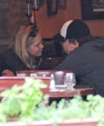Çift her yerde el ele görüntüleniyor. Leonardo DiCaprio, Heatherton ile birlikte sevgilileriyle arasındaki yaş farkını iyice açtı. 1974 doğumlu aktörün sevgilisi 1989 doğumlu.