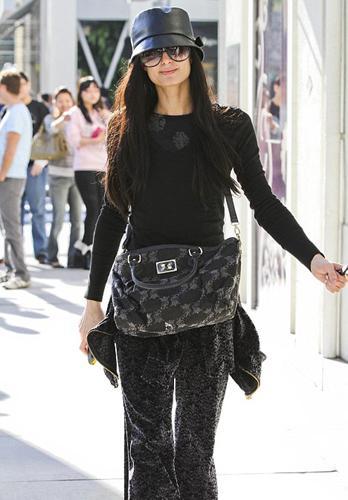 Beverly Hills'de yürüyüş yaparken görüntülenen Paris siyah saçlarıyla şaşırttı.