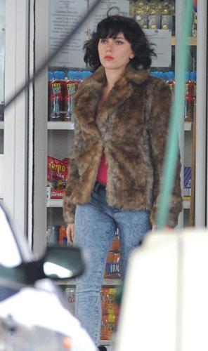 Onlar Hollywood'un birbirinden ünlü yıldızları. Her zaman görüntülerine özen gösteren yıldızlar, sık sık imajlarını yenileyerek hayranlarını şaşırtıyor; bir anda kısa ve sapsarı ya da uzun ve siyah saçlarıyla karşımıza çıkabiliyorlar.  Scarlett Johansson, Glasgow'da çekimleri süren yeni filmi 'Under the Skin' için imaj değiştirdi.