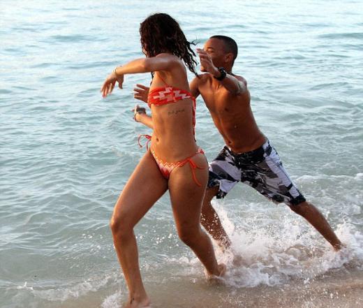 Pop müziğin prensesi Rihanna Barbados'ta denize girerken görüntülendi.