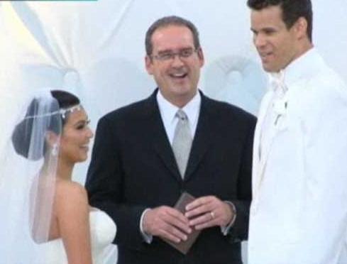 Evlenip çocuk sahibi olmayı çok isteyen Kardashian'ın hayalleri de suya düştü. Ünlü şov yıldızı boşanmak için eşini mahkemeye verdi.