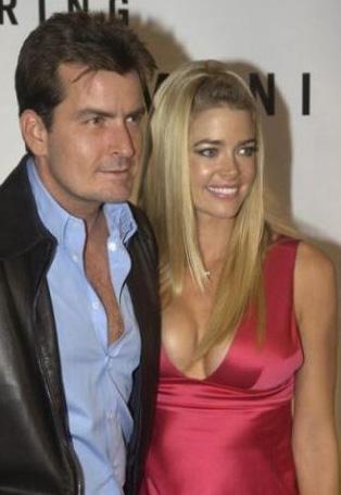 """'HAMİLE KALMAK İÇİN BENİM SPERMLERİMİ KULLANAMAZSIN"""" Bir zamanlar Hollywood'un en gözde çiftlerinden biriydi onlar. Evliliklerini iki çocukla taçlandırdılar. Ama ilişkileri bozuldu. Sheen ile Richards'ın boşanması da bir türlü bitmeyen bir kavgaya dönüştü."""