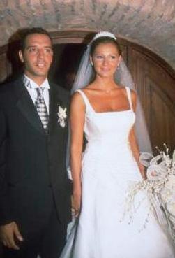 Oyuncu Pınar Altuğ 2000 yılında hayatını umut Elçioğlu ile birleştirdi.