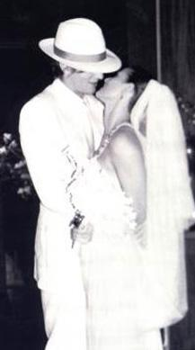 """Tam herkes onların evlilik gemisinin bütün fırtınaları atlattığını düşünürken 2000 yılında yani birbirlerine """"evet"""" dedikten 13 yıl sonra yollarını ayırdılar.   Moore kalbini kendisinden çok genç aktör Ashton Kutcher'a kaptırdı."""