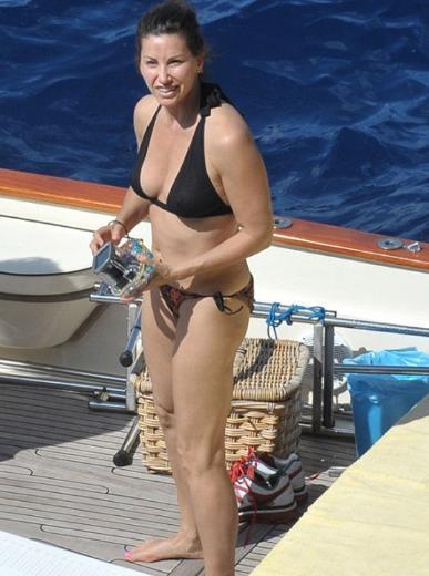 """Sanal alışveriş sitesi """"isme.com""""- un yaptığı araştırmaya göre 40 yaşında kadınların bikiniye veda etmesi gerekiyor."""