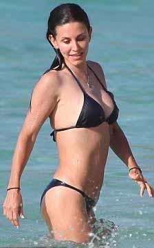 Aslında Cox'un olduğundan daha genç görünmesinin ardında bir isim var: Tracy Anderson.  Kendi adını taşıyan bir yöntemle tanınan Anderson'ın destek verdiği ünlüler arasında Madonna, Gwyneth Paltrow ve Kate Hudson da var.