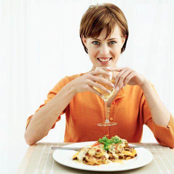 Alkol tüketmeyin: Kalorisi yüksek meyveli kokteyllerden uzak durun. Bir kadeh kırmızı şarap tüketin. İçtiğiniz bir kadeh içki için öncesinde ve sonrasında bir bardak su için.    (Formsante)