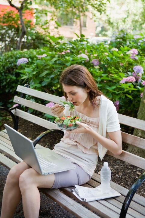 Öğün atlamayın: Saatinizi kurun ve aç olmasanız bile antioksidan içeriği yüksek olan bir meyve tüketin.