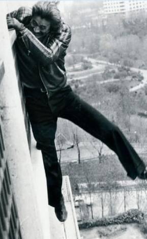 CÜNEYT ARKIN  Macera filmlerinde asla dublör kullanmayan, ölüme meydan okuyan Cüneyt Arkın'ın bir apartman balkonunun kenarında gezerken ayağının kayıp ölümün soğuk nefesini hissettiği anın fotoğrafı.
