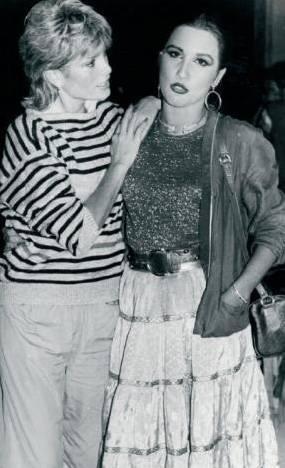 AJDA PEKKAN- NÜKHET DURU  Pop müziğin iki divası, Ajda Pekkan ile Nükhet Duru. Şarkıları, albümleri, sahne programlarıyla rakiptiler elbette. Ama özel hayatlarında da dosttular.