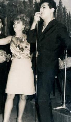 AYSEL TANJU- ADNAN PEKAK  1960'ların ilk yarısında Zeki Müren'in İstanbul sahnelerindeki en büyük rakibiydi Adnan Pekak. Bugün yaşı 40'ın üzerinde olanlar onu ve şarkılarını hatırlayacaklardır. Pekak'ın yanındaki ise o dönemin ünlü oryantali Aysel Tanju.