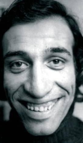 KEMAL SUNAL  Temmuz 2000'de 'Balalayka' filminin çekimine giderken uçakta kalp krizi geçirerek aramızdan ayrılan Kemal Sunal'ı unutmak mümkün değil. 'Melek Şaban' her zaman yüreğimizde.