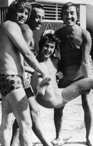 ŞÜKRÜ BİRANT- SADRİ ALIŞIK- AHMET ÖZHAN- AHMET SEZGİN  İzmir Fuarı'nda program yapan sanatçılar, gündüzleri Efes Oteli'nin havuz başında toplanırlar, aralarında şakalaşırlardı. İşte yine böyle bir günde Şükrü Birant, Sadri Alışık ve Ahmet Sezgin bir araya gelip Ahmet Özhan'ı karga tulumba havuza atmaya çalışıyorlar (1977).