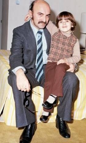 """ÖZTÜRK - SEREN  """"Soyadımla her zaman gurur duyuyorum"""" diyen Seren Serengil, bir dönemin en ünlü oyuncularından olan babası Öztürk Serengil'in kucağında. Seren henüz 6 yaşında. Baba kızın mutluluk pozu bu (1976)."""