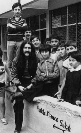 BARIŞ MANÇO  Çocukların sevgilisi Barış Manço yine çocuklarla birlikte. Hem de kendi adının verildiği sokağın başında (1984).