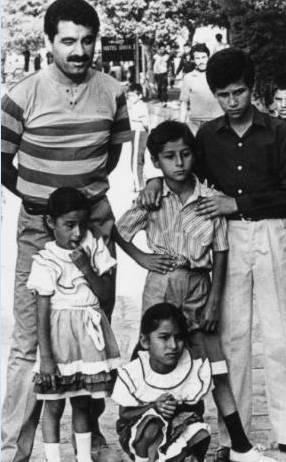 GÜLDEN TATLI- AHMET TATLI-HÜSEYİN TATLI- İBRAHİM TATLISES- GÜLŞEN TATLI  Şanlıurfalı şarkıcı İbrahim Tatlıses, çocukları Ahmet, Gülşen, Gülden ve kardeşi Hüseyin'le memleketindeki dünyaca ünlü Balıklı Göl'de hatıra fotoğrafı çektirirken (1980).