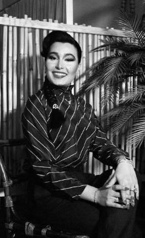 BÜLENT ERSOY  Türk müziğinin tartışılmaz en iyi yorumcularından olan Bülent Ersoy, 14 Nisan 1981'de Londra'da geçirdiği cinsiyet değiştirme ameliyatıyla kadın oldu.