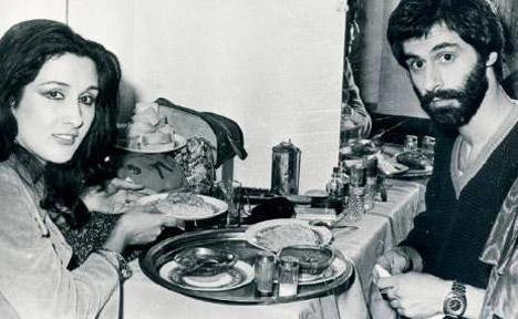 NÜKHET DURU- DOĞAN CANKU  Nükhet Duru ile Doğan Canku, gazinodaki kulis odasında yemek yiyorlar. Duru ile Canku kısa süren bir de aşk yaşamışlardı (1978).