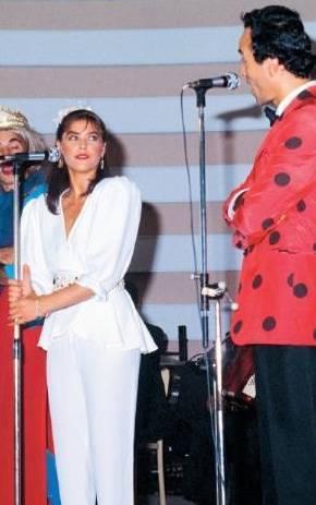 UĞUR BÖCEKLERİ- HÜLYA AVŞAR  1983 yılında Türkiye Güzeli seçilen Hülya Avşar'ın daha önce evlenip boşandığı için tacı elinden alındı. Bir anda herkesin merak ettiği birisi haline gelen Avşar, İzmir Fuarı'na gitti ve Uğur Böcekleri ile birlikte sunuculuk yaptı (1983).