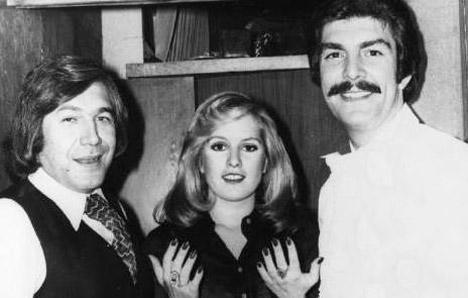 TANJU OKAN- NİLÜFER KOÇYİĞİT- TANJU KOREL  Hülya Koçyiğit'in kız kardeşi Nilüfer Koçyiğit, iki Tanju arasında kalınca hemen bir dilek tuttu (1975).