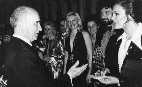 FAHRİ KORUTÜRK- AYLA ALGAN- AJDA PEKKAN- YILMAZ DURU- TÜRKAN ŞORAY  6. Cumhurbaşkanı Fahri Korutürk, sanatçılara ayrı bir önem verirdi. Çankaya Köşkü'nde yapılan resepsiyonlara birçok ünlü sanatçıyı davet eden Korutürk, onlarla sohbet eder, şiltler sunardı (1978).