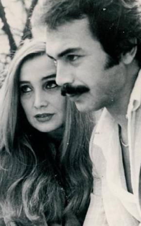 MUAZZEZ ABACI- GÖNÜL YAZAR  Cazip tekliflere daha fazla dayanamayan Muazzez Abacı, Ankara Radyosu'ndaki görevinden ayrılarak İstanbul'a geldi. Kendisine yardımcı olanlardan birisi de her ne kadar rakibi de olsa Gönül Yazar'dı (1976).